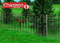 Ogrodzenie elektryczne jest idealnym uzupełnieniem siatki leśnej.